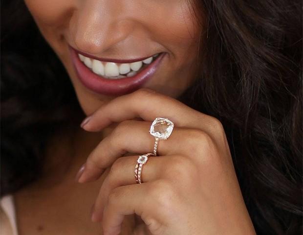 Bandas douradas ou rosé são uma forma de transformar o anel de noivado em uma peça única (Foto: Instagram / Monte Carlo Joalheria)