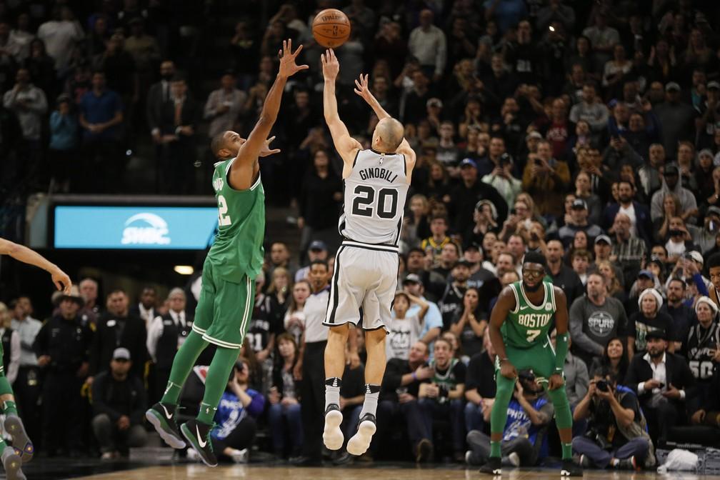 Essa bola de Ginobili vai dar a vitória aos Spurs (Foto: Reuters)