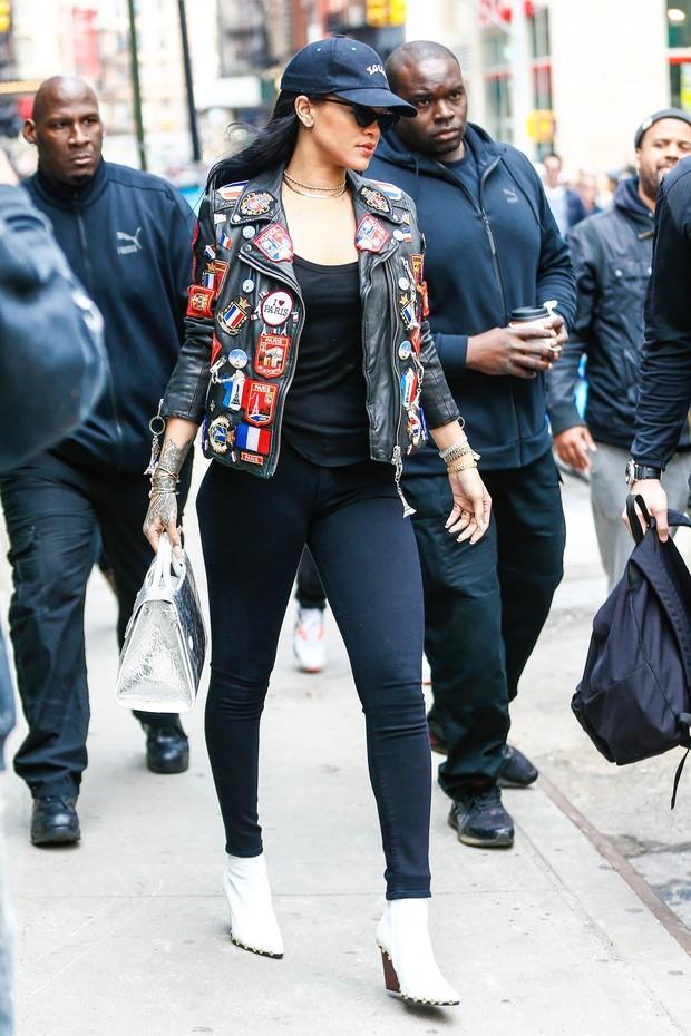 Como um dos maiores ícones da moda dos últimos tempos, Rihanna abraçou a tendência com toda força.