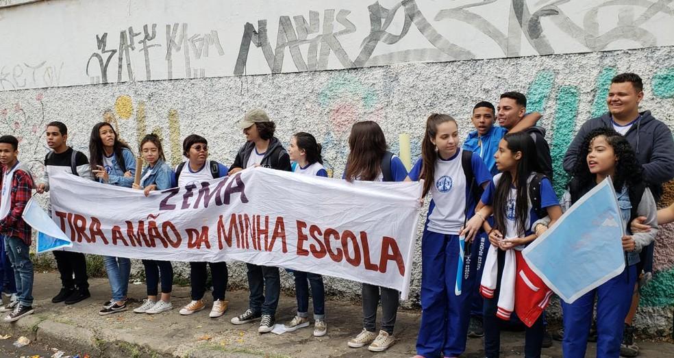 Alunos se manifestam contra fusão em escola — Foto: Raquel Freitas/G1