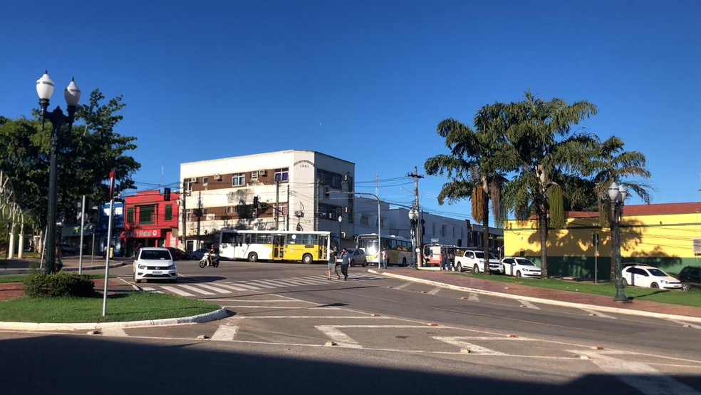 Motoristas estacionaram ônibus na Ponte Metálica e ruas próximas para impedir a passagem dos outros veículos — Foto: Ana Paula Xavier/Rede Amazônica Acre