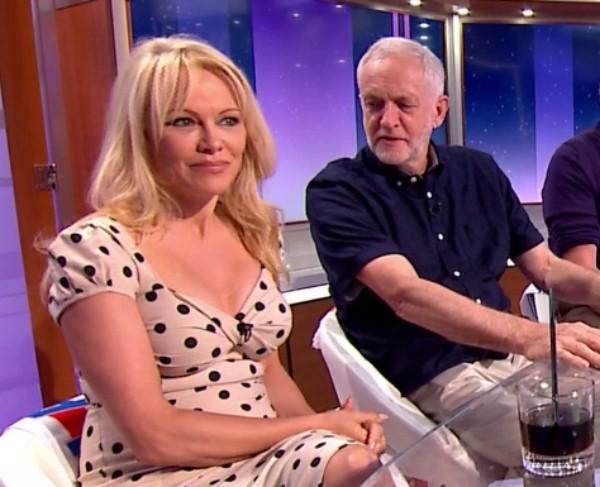 Jeremy Corbyn foi flagrado pelas câmeras dando uma olhada no decote da atriz americana Pamela Anderson  (Foto: Reprodução/ITV)