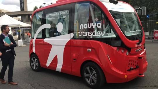 Micro-ônibus que dirige sozinho dá 'carona' aos visitantes do Salão de Paris