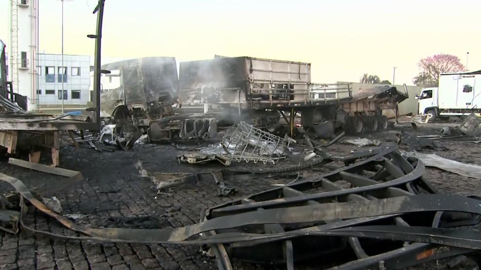 Explosão de caminhão em posto de combustível causa estragos em Rio Claro — Foto: Reprodução/EPTV