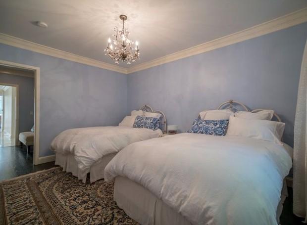 A decoração dos quartos possui poucos detalhes  (Foto: The MLS/ Reprodução)
