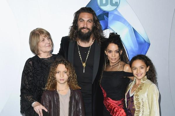O ator Jason Momoa com a mae, os filhos e a esposa no lançamento de Aquaman (Foto: Getty Images)