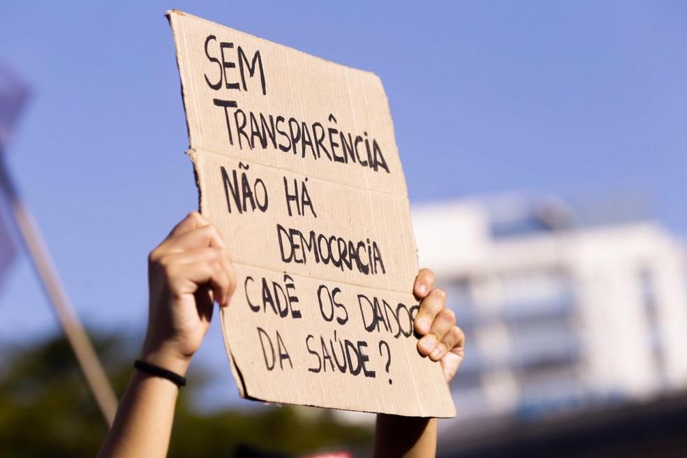 Manifestante no Largo da Batata, em SP, pede transparência do governo federal nos dados sobre a Covid-19. — Foto: Annelize Tozetto/Acervo Pessoal