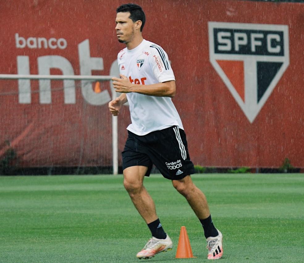 Hernanes treina em campo no CT do São Paulo — Foto: Erico Leonan / saopaulofc.net