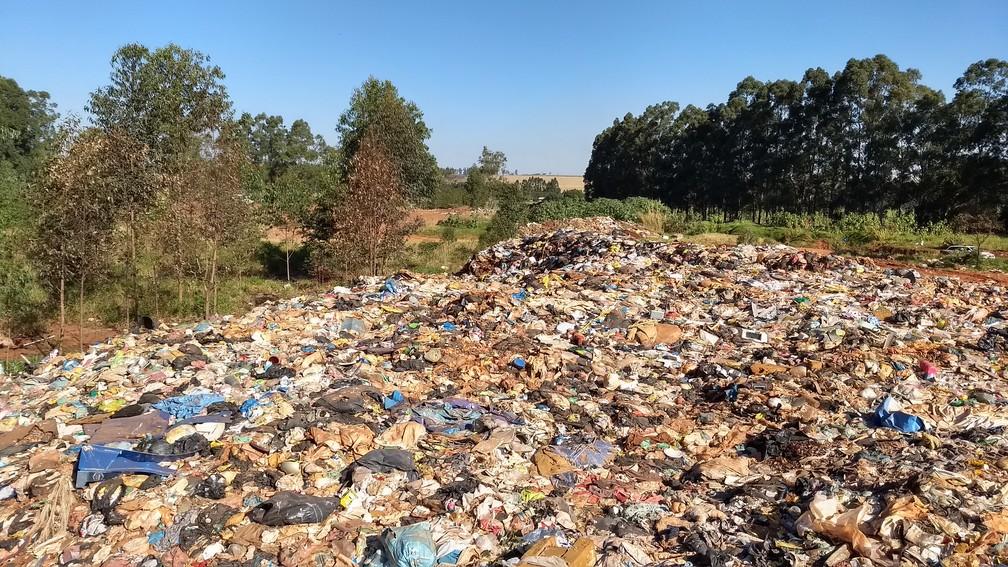 Lixo é despejado em local inapropriado em Mandaguaçu, no norte do estado (Foto: Ederson Hising/G1)