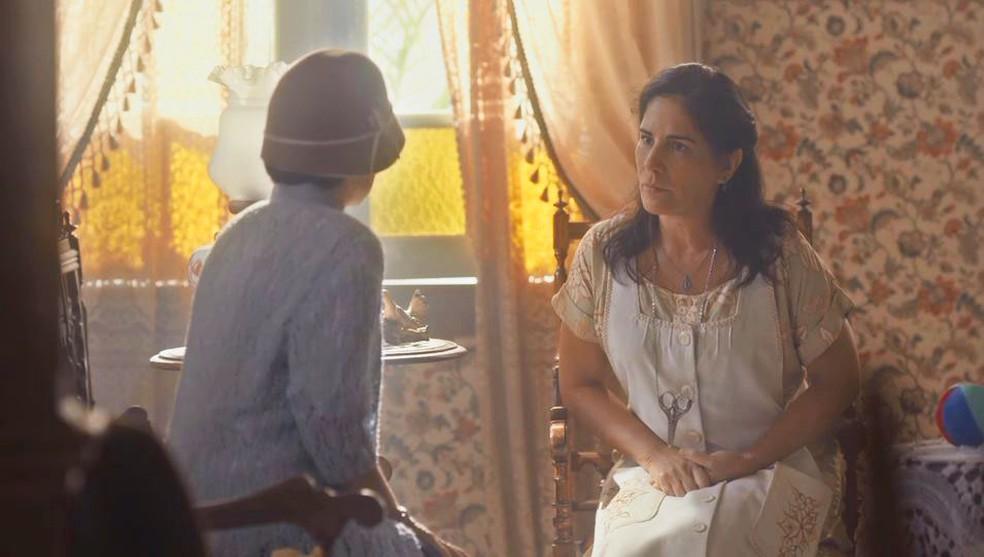 Lola (Gloria Pires) conversa com professora da escola de Alfredo (Pedro Sol/Nicolas Prattes) — Foto: Globo