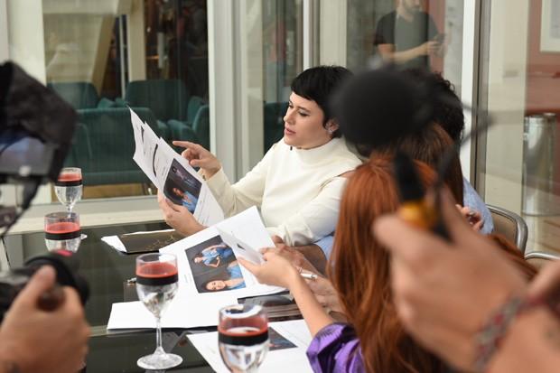 O júri técnico analisando o perfil das candidatas (Foto: Divulgação)