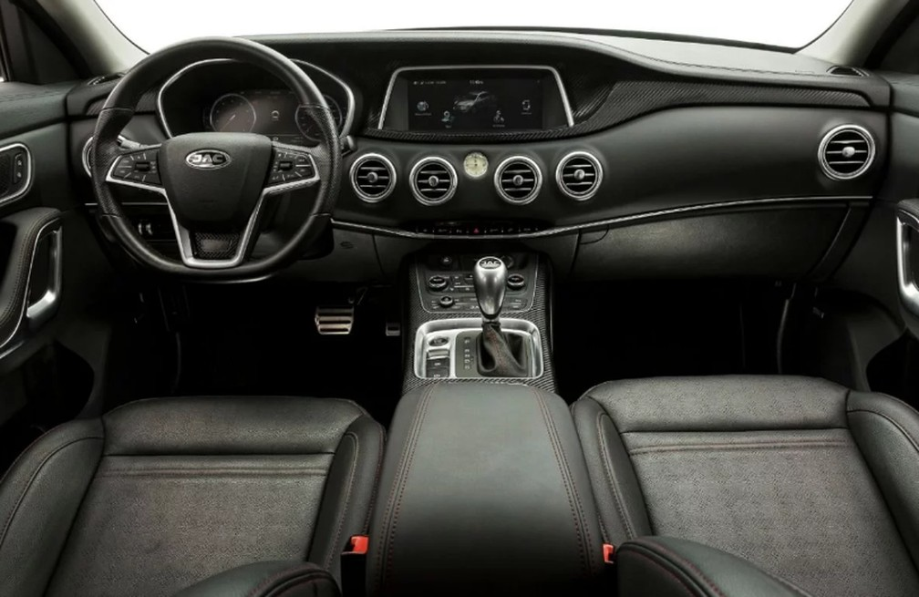 Interior do T80 tem quadro de instrumentos digital e faixa de couro com toque macio na parte central — Foto: Divulgação/Jac
