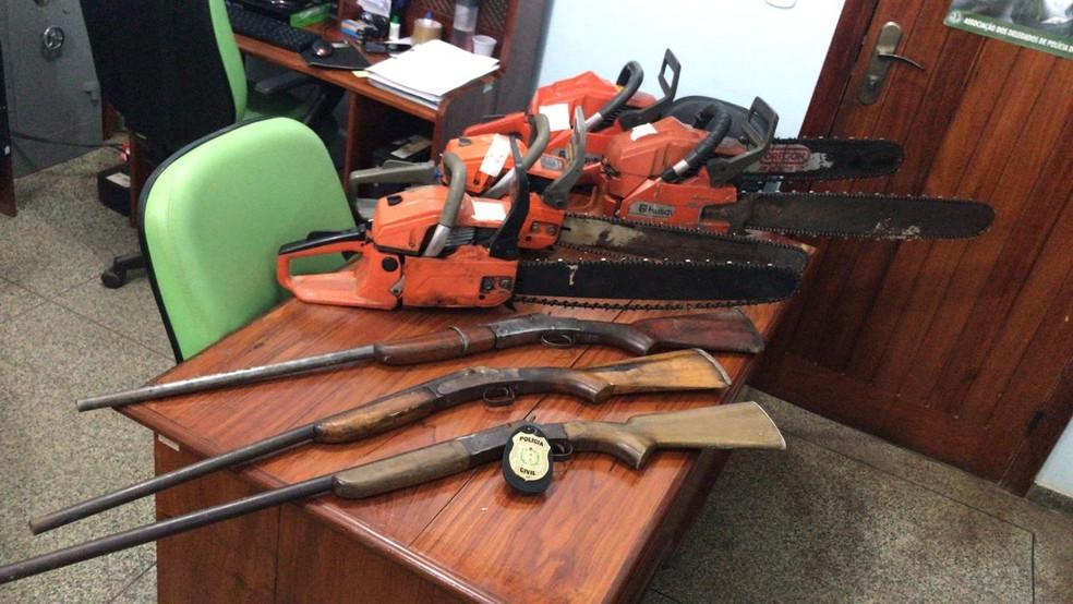 Espingardas e motosserras foram apresentadas na delegacia — Foto: Dema/Divulgação
