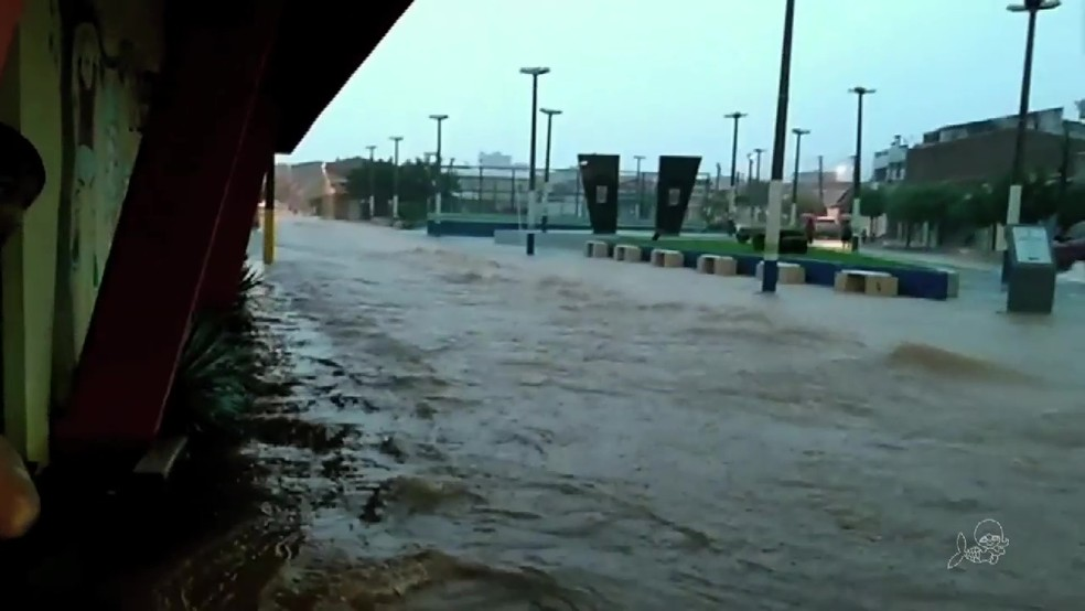 Ruas de Forquilha ficaram alagadas com a chuva de mais de 100 milímetros (Foto: TV Verdes Mares/Reprodução)