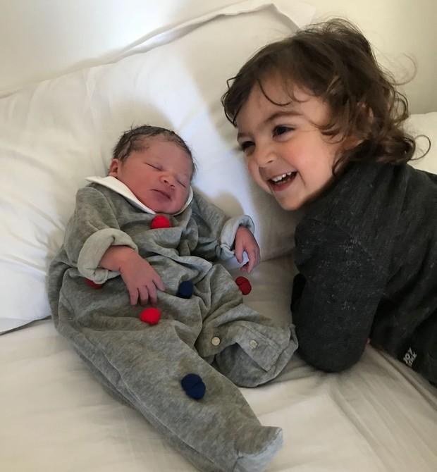 Francisco em seus primeiros contatos com a irmã recém-nascida (Foto: Bia Takata)