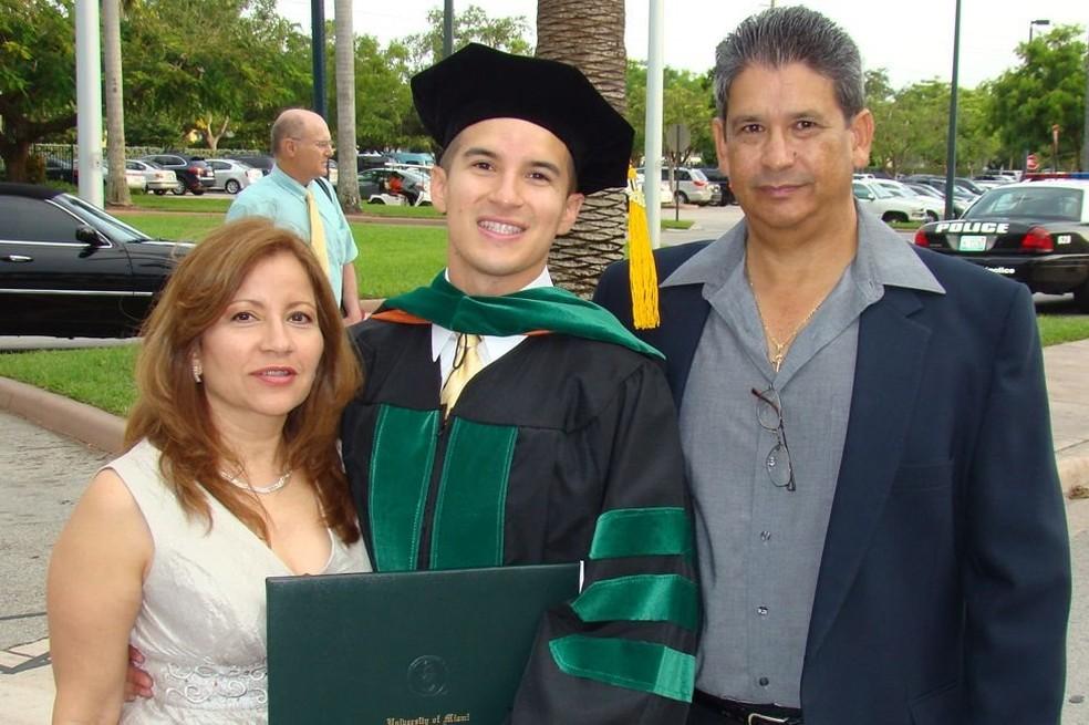 Salinas se graduou em Medicina porque sentiu uma vocação para 'curar pessoas' (Foto: Arquivo pessoal)