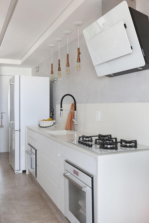 Apartamento neutro e cool mistura cimento queimado, freijó e couro (Foto: Mariana Orsi/Divulgação)
