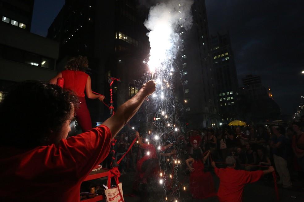 SÃO PAULO, 17:50: No início da noite, manifestantes acendem fogos na Avenida Paulista em protesto contra a reforma da Previdência — Foto: Celso Tavares/G1