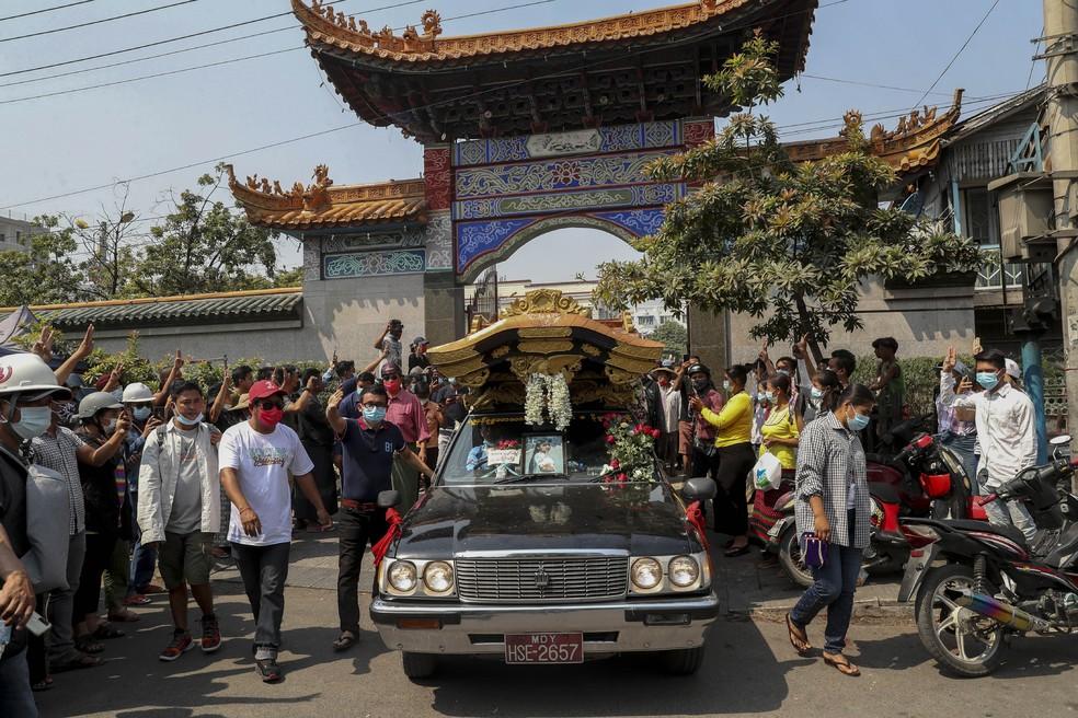 Manifestantes fazem o símbolo de resistência durante o funeral de Kyay Sin, em Mandalay, nesta quinta (4). Ela foi baleada na cabeça pelas forças de segurança de Mianmar durante um protesto contra o golpe militar no país — Foto: AP