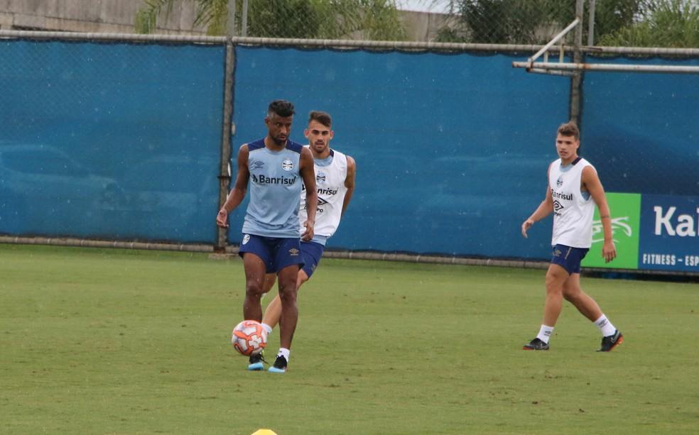 Léo Moura voltou aos treinos com bola — Foto: Eduardo Moura