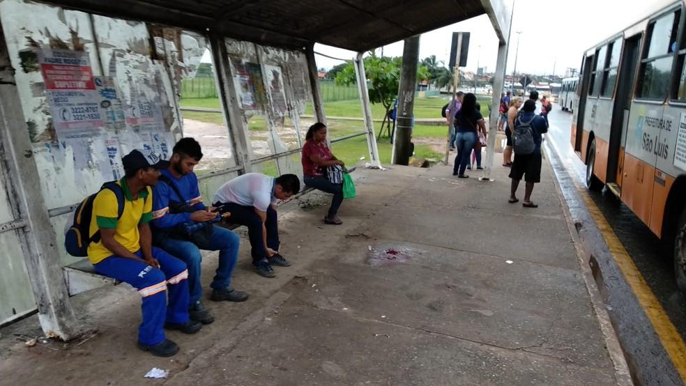 Alex de Paulo Oliveira foi morto com um tiro na cabeça quando esperava ônibus em uma parada situada na Avenida Vitorino Freire em São Luís — Foto: Douglas Pinto/TV Mirante