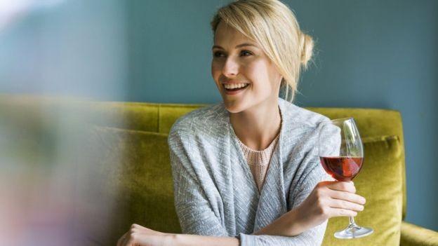Tomar uma taça de vinho por dia pode não ser tão saudável, dizem pesquisadores (Foto: Getty Images via BBC)