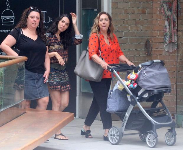 Eliane Giardini com as filhas, Mariana e Juliana, e o neto, Antônio (Foto: DANIEL DELMIRO / AGNEWS)