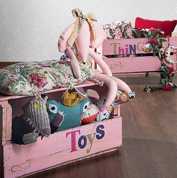 Envernizados e com tratamento contra cupins, os caixotes ganharam rodízios e servem para guardar brinquedos. As letras foram pintadas à mão, com estêncil (Foto:  Carlos Cubi/Editora Globo)