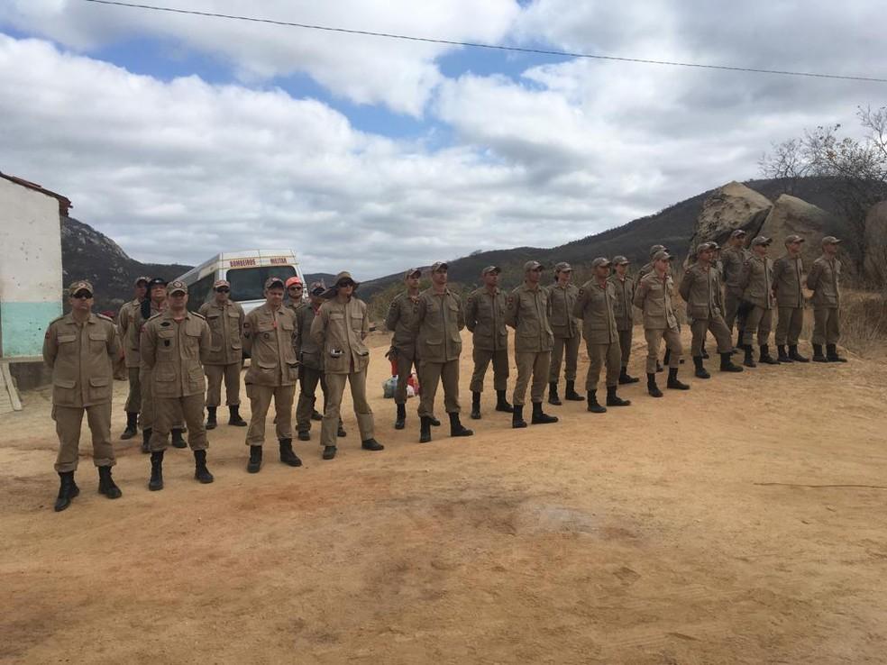 Cerca de 25 militares fazem força tarefa para extinguir o fogo na Serra Preta, no Sertão da PB — Foto: Divulgação/Corpo de Bombeiros