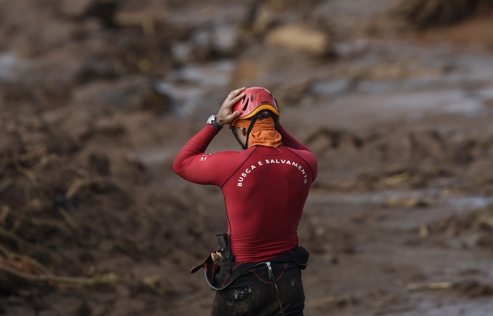 Equipes de resgate ainda realizam buscas na lama em Brumadinho (MG) — Foto: Douglas Magno/AFP