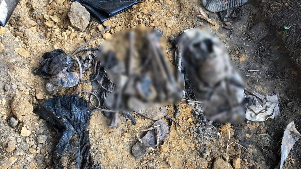 Além de ossos, calçados e roupas foram encontrados durante as escavações — Foto: Reprodução/Arquivo Pessoal