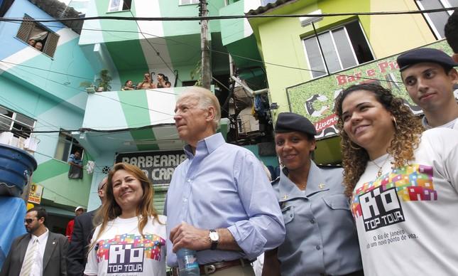 Joe Biden durante visita na favela do Morro Dona Marta