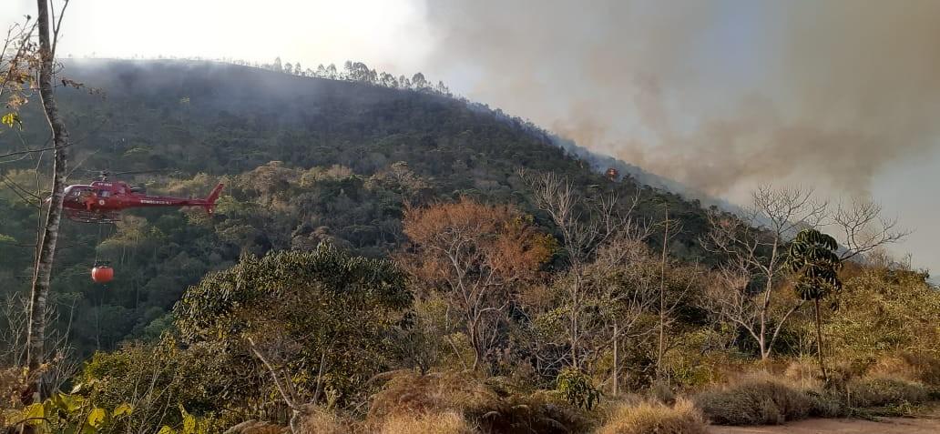 Bombeiros entram no 6º dia de combate a queimada em Santa Maria Madalena, no RJ - Notícias - Plantão Diário