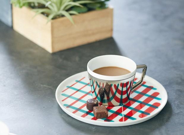 Um biscoitinho que acompanha o café ajuda a perceber que a xícara não é estampada como o pires (Foto: D-Bros/Reprodução)