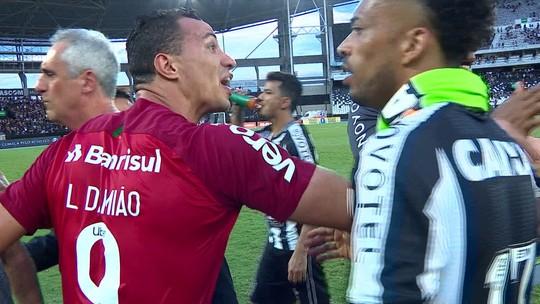Damião interrompe entrevista para acalmar ânimos em discussão após a derrota