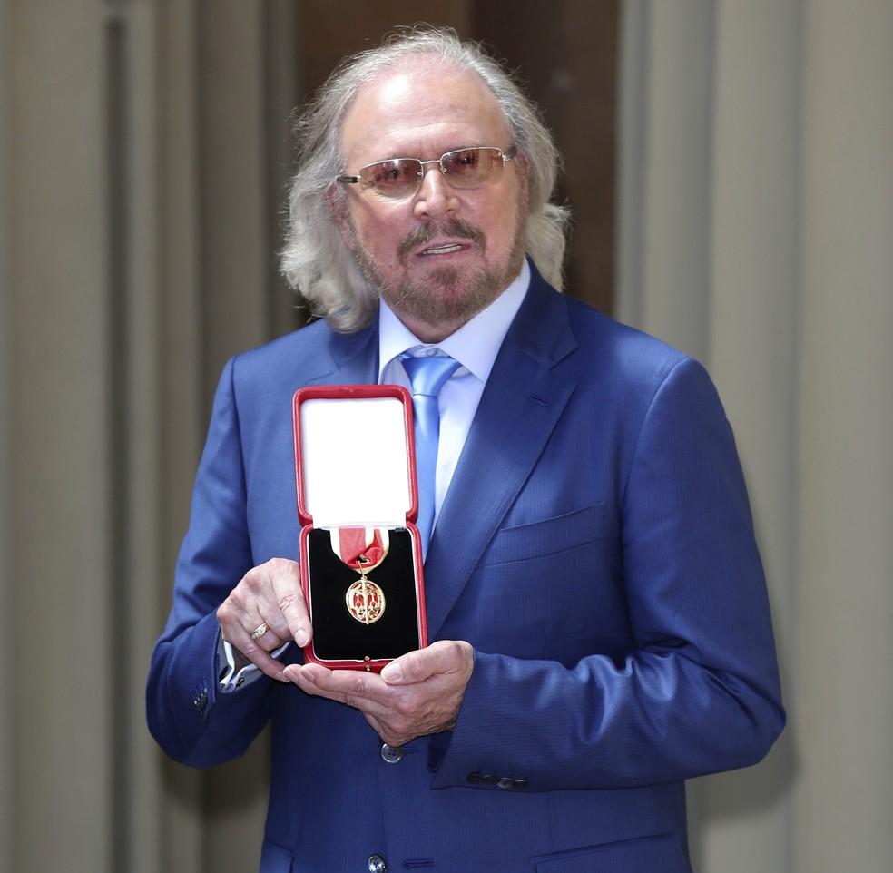 O cantor Barry Gibb, do grupo Bee Gees, recebe título de cavaleiro do Palácio de Buckingham (Foto: Dominic Lipinski/PA via AP)