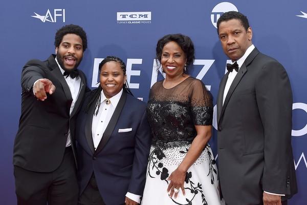 O ator Denzel Washington com a esposa, Pauletta Washington, e dois dos quatro filhos deles na cerimônia da AFI Life Achievement Award em homenagem a ele (Foto: Getty Images)