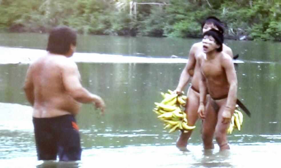 Imagem divulgada pela Funai mostra primeiro contato de índios isolados no Acre em 2014 (Foto: Veriana Ribeiro/G1; captura de vídeo da Funai)