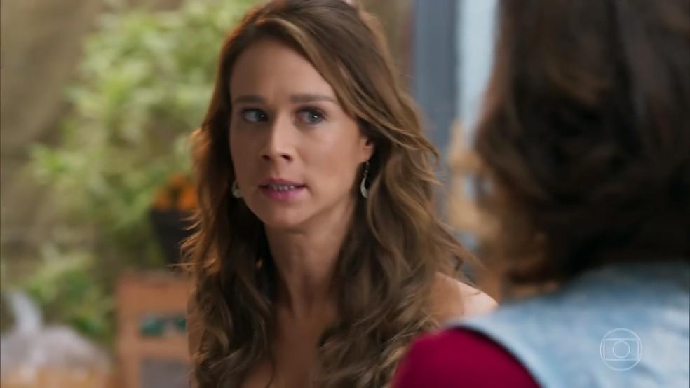 Tancinha (Mariana Ximenes) fica nervosa com questionamento de Francesca (Marisa Orth) - 'Haja Coração' — Foto: Globo