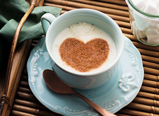 O café com coração é um amor. Para fazer a brincadeira, use um molde vazado e polvilhe chocolate em pó ou canela.  (Foto: Cacá Bratke/ Editora Globo)