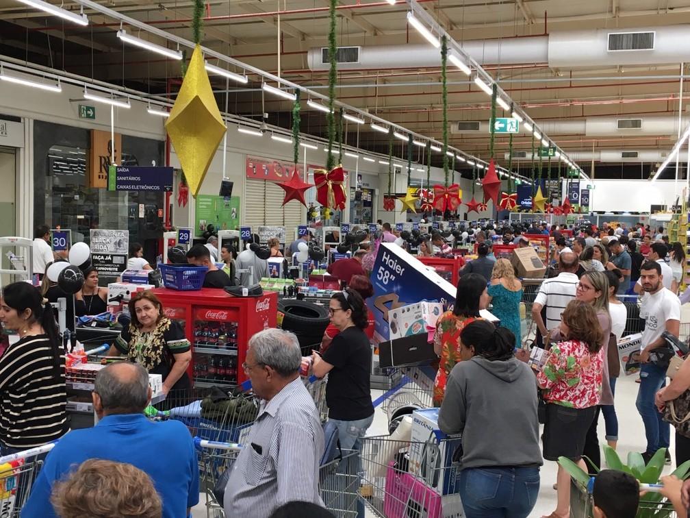 Os caixas de um supermercado no Setor Sudoeste, em Goiânia, estão abarrotados de clientes aproveitando as ofertas da Black Friday. O local está anunciando promoções relâmpago a cada 5 minutos. As portas se abriram às 7h. — Foto: Sílvio Túlio/G1