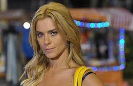 Na quinta (9), Teodora (Carolina Dieckmann) vai conseguir um comprador para as miniaturas nos EUA Globo