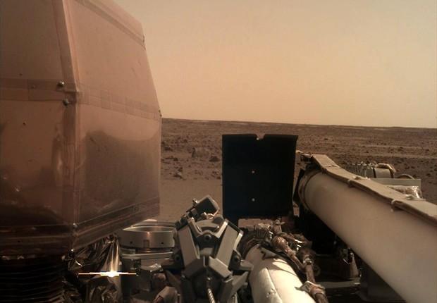 Foto que a sonda InSight enviou ao chegar em Marte (Foto: Reprodução/Twitter)