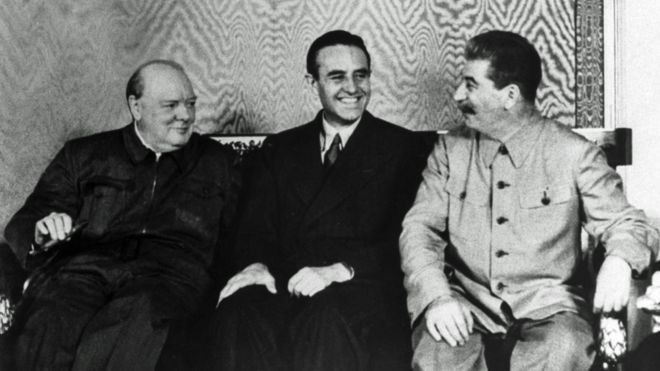 O embaixador americano Averell Harriman, entre Winston Churchill e Joseph Stalin, no Kremlin (Foto: Getty Imgages via BBC News)