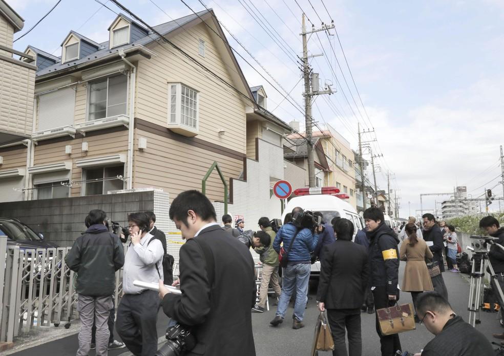 Pessoas se concentram em frente a imóvel onde polícia encontrou corpos desmembrados na cidade de Zama, no Sul de Tóquio, no Japão, nesta terça-feira (31)  (Foto: Kyodo News via AP)