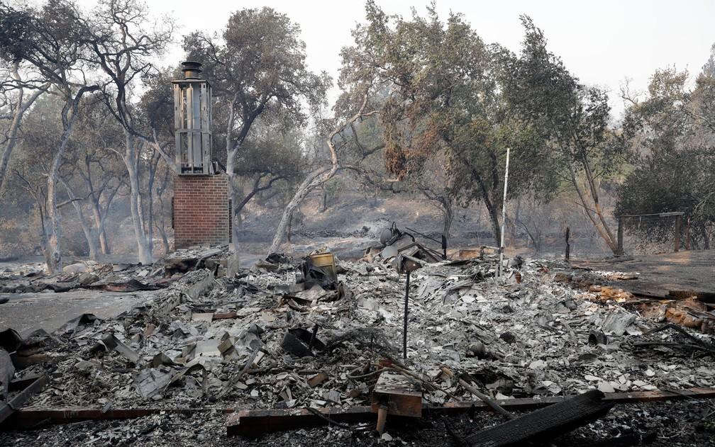 Chaminé é vista em meio às ruinas de casa destruída por incêndio em Napa, na Califórnia, na segunda-feira (9) (Foto: AP Photo/Marcio Jose Sanchez)