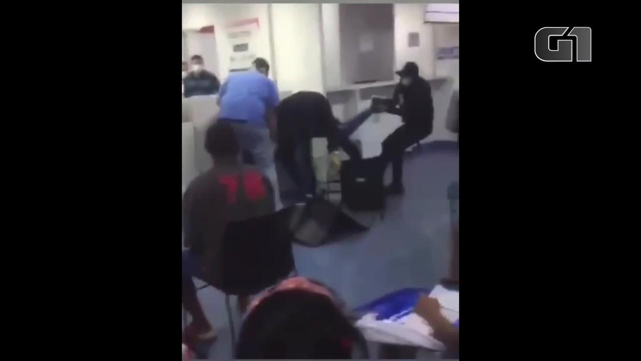 Homem desesperado para ser atendido em UPA é contido por seguranças, no DF