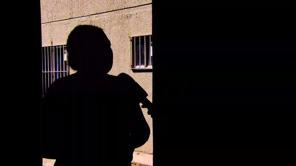 Mãe que preferiu não ser identificada contou como o síndcio do prédio aliciava e abusava de crianças e adolescentes — Foto: Reprodução/TV Globo