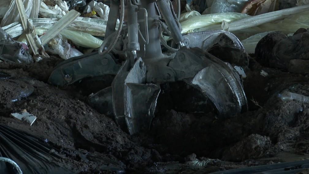 Óleo recolhido no litoral é peneirado e triturado para produção de componente energético para indústrias — Foto: Reprodução/TV Globo