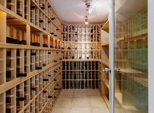 A adega acomoda cerca de mil garrafas de vinho (Foto: Homes.com)